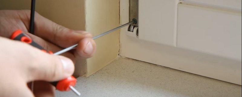 Мастер по ремонту окон обслуживает оконную фурнитуру