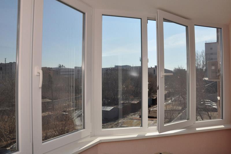 Остекление лоджии окнами из профиля Рехау