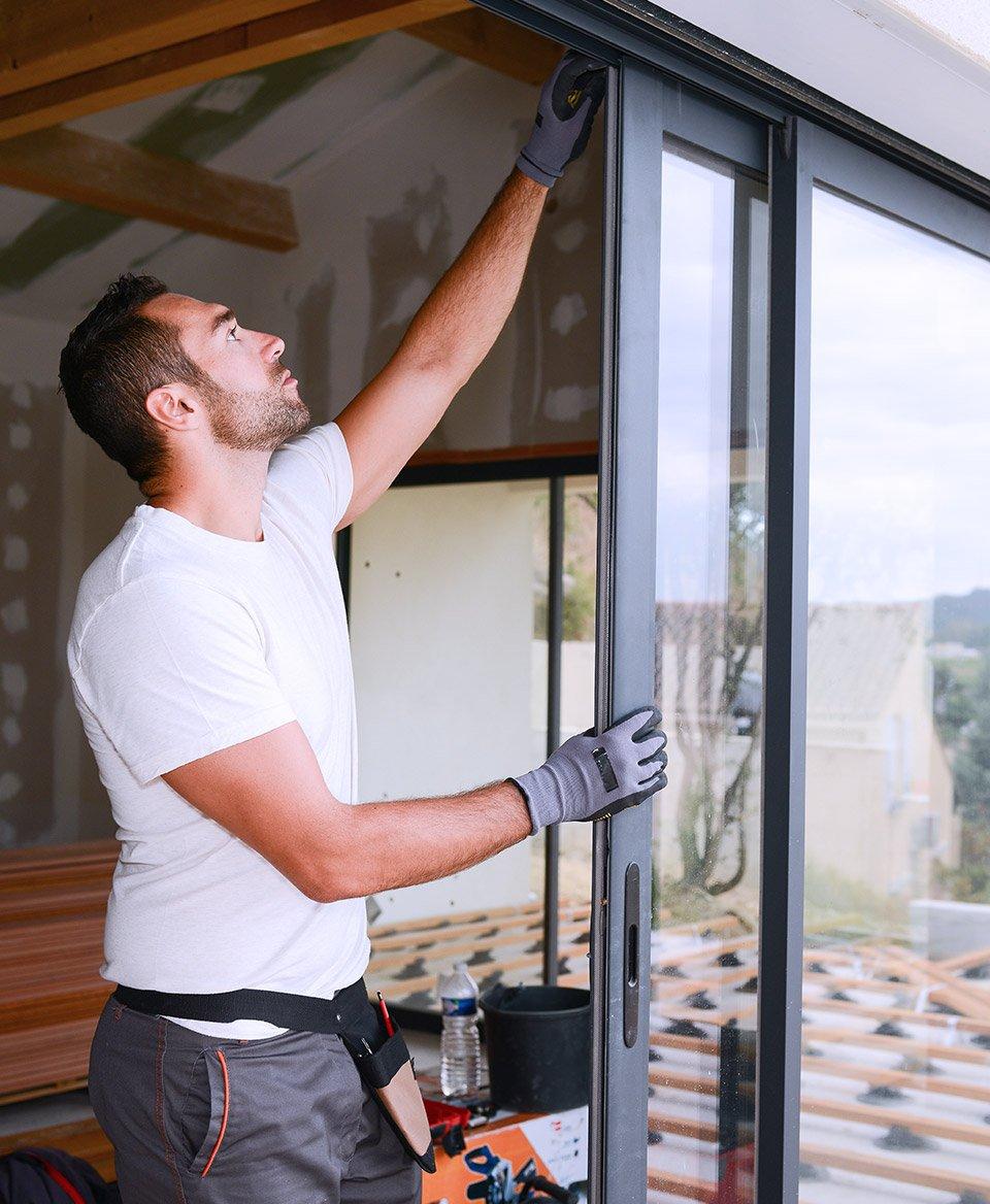 Мастер по ремонту окон в Днепре устраняет поломку