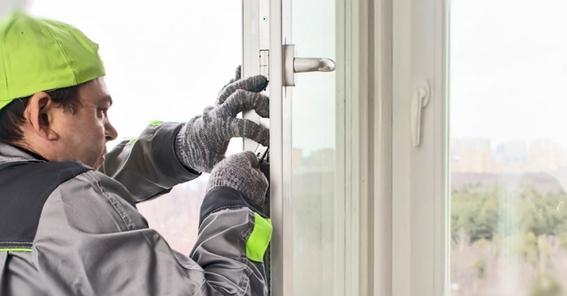 """Монтажник компании """"Теплые окна"""" устанавливает металлопластиковые окна"""
